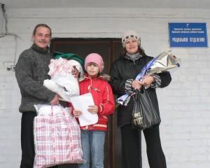 Семья Ермолаевых с новорожденной Сашенькой на выходе из Хорольского роддома